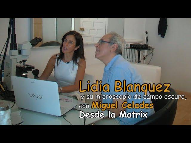 Lidia Blanquez y su microscopio de campo oscuro, con Miguel Celades