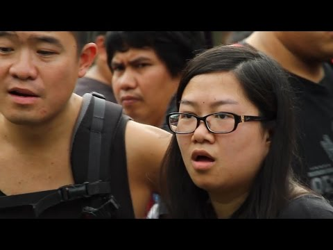 "Violinist STUNS Bangkok Street with ""Radioactive"" Looping Cover"