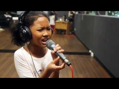 10 year old girl sings Listen!!!