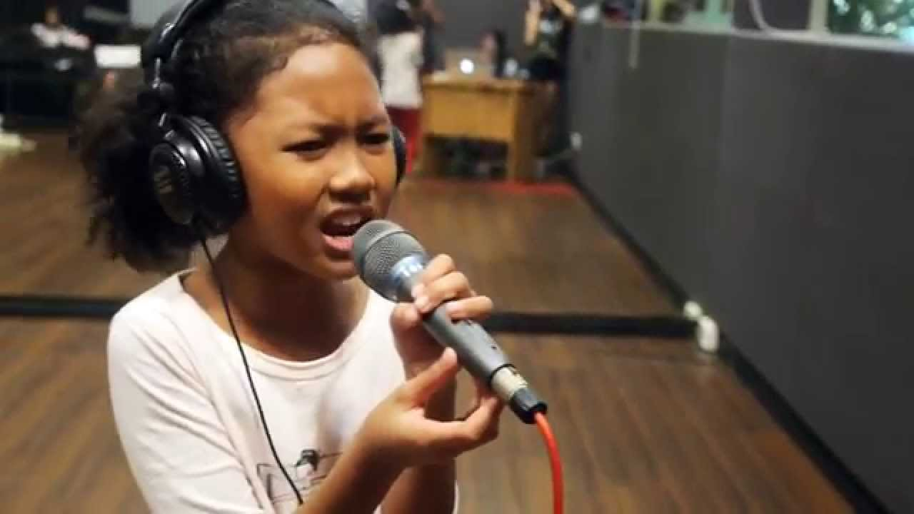 10 Year Old Girl Sings Listen - Youtube-3047