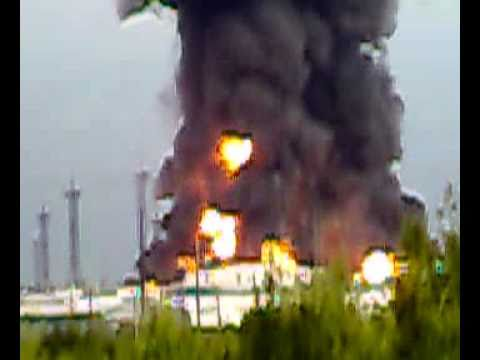 Мощный взрыв резервуара