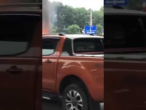 #TNGT #TAINANGIAOTHONG Hai ôtô va chạm bốc cháy, cuốn nữ đi xe máy vào gầm tử vong