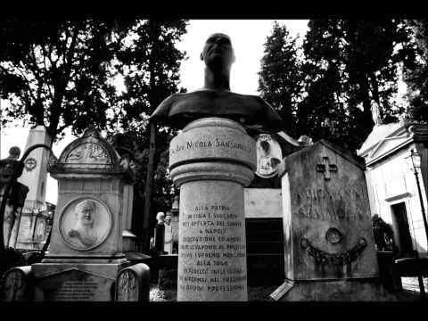 Il grande spettacolo nel cielo. Cimitero Monumentale Poggioreale, Napoli