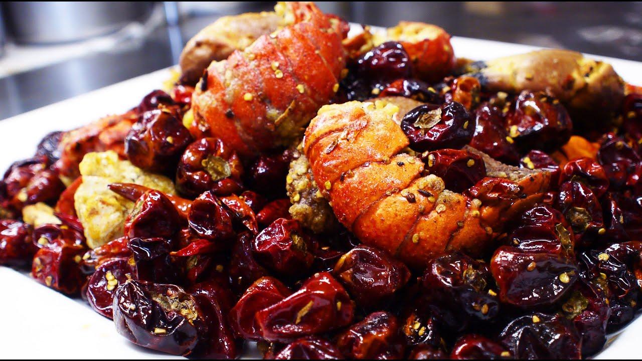 【ヒーヒーアーヒー】Stir-fried Lobster and Dungeness crab and chicken wings with Chili pepper wakiya style.