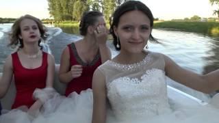 Прогулка по реке в день свадьбы
