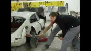 Les élèves de carrosserie de Boisard redressent l'aile arrière droite d'une jaguar