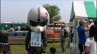 自衛隊埼玉地方協力本部のゆるキャラ サイポン「そら」が子供たちと戯れる。