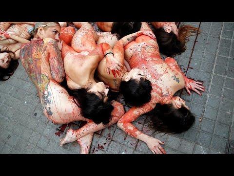 محتجون يتظاهرون عراة في برشلونة ضد استعمال جلود الحيوانات وفروها…  - 06:53-2018 / 12 / 17