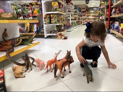 Escolhendo um brinquedo na loja