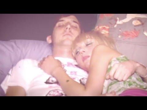 Il padre becca la figlia 17enne a letto con un ragazzo ...