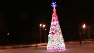 видео Искусственные уличные елки