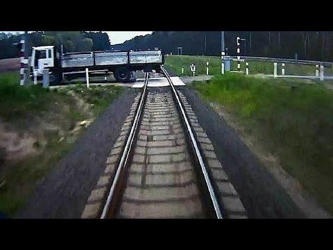 В Польше поезд с пассажирами протаранил застрявший на путях грузовик.
