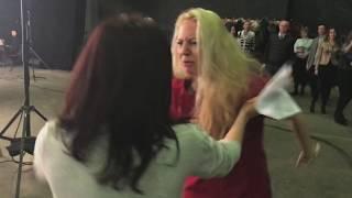 Жена разбивает бошку неверному мужу