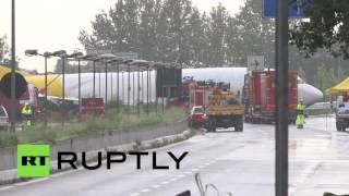 تحطم طائرة بوينغ وسط طريق عام في إيطاليا