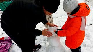Лепим необычного снеговика⛄️, играем в снежки, катаемся на санках🛷Видео для детей