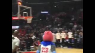 Floyd Mayweather dunks it down hard in Los angeles