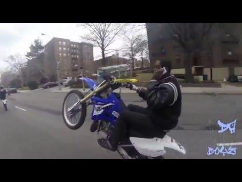 téléphone au guidon et en wheeling en cross YZ