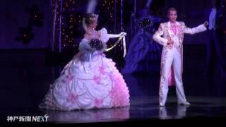 宝塚歌劇100周年の記念式典が5日、宝塚大劇場で開かれた。各界の著...