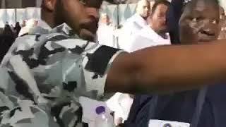 Dan sanda a saudiya yana wa wata mata kwatance da HAUSA.