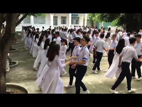 Học sinh cấp ba bem nhau giữa sân trường, Nhảy chachacha,Thế này mới gọi là tập thể dục giữa giờ chứ