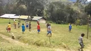 Cewek Bermain Bola  (Lanny Jaya)