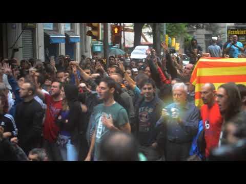 Cargas policiales en Barcelona Colegio Ramón Llull completo