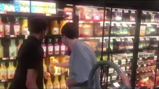 Baixar Store clerk shows autistic teen how to stock shelves