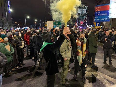 Strajk kobiet.  Oglądaj na żywo protesty w Warszawie