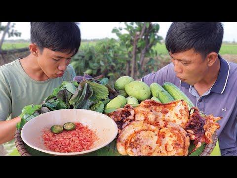 Mực Nướng Ăn Kèm Rau Sống Ngoài Đồng Cực Ngon | VTNam Vlog #08