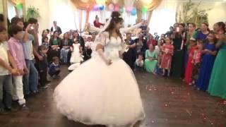 русская девушка танцуют на цыганские свадьбу
