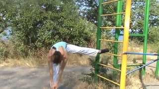 Лето. Упражнения на гимнастической стенке. Summer. Exercises on the gym wall.(Гимнастическая стенка предназначена для общеразвивающих упражнений, растягивания и урепления мышц рук,..., 2014-07-13T16:46:05.000Z)