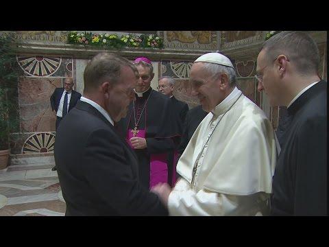 Statsministeren trykker hånd med paven i Vatikanet