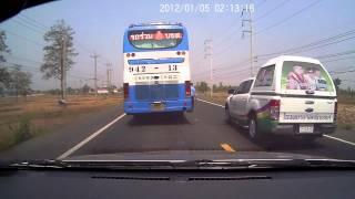 Repeat youtube video อุบัติเหตุ รถกระบะแซงไม่พ้น