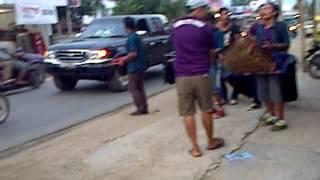 pengamen jalanan menggunakan alat musik tradisional jawa Bandar Jaya Lampung Tengah)
