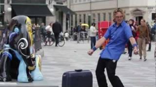 Hilariously odd street performer, E...