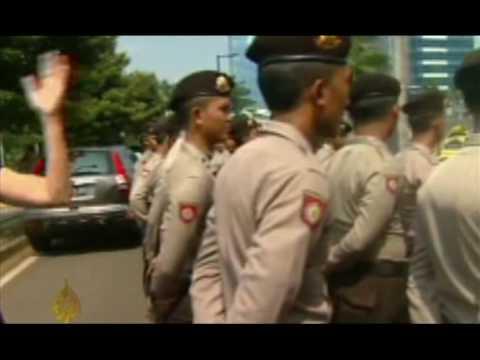 Indonesia police hunt Jakarta bombers - 20 July 09