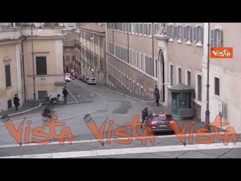 Le auto di Salvini, Meloni e Tajani arrivano al Quirinale per l'incontro con Mattarella