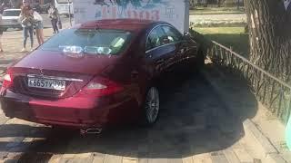 В Липецке Mercedes протаранил торговый павильон