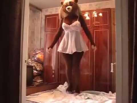 Девушки сходят с ума для танцев медведя