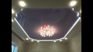 Двухуровневый натяжной потолок с межуровневой подсветкой в гостиной