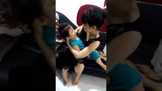 Hai mẹ con bé Yến Nhi vui vẻ khi ngồi chờ thầy Nguyễn Văn Hòa Bình