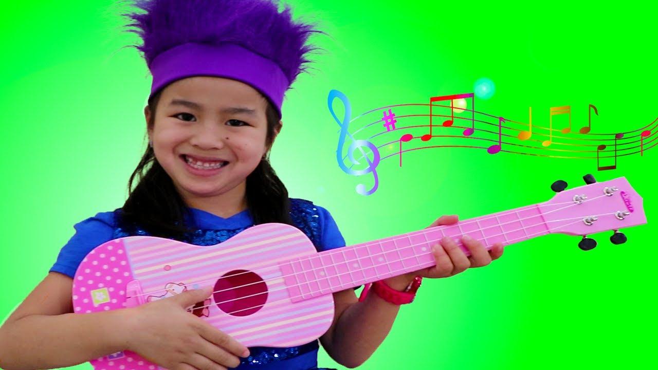 Jannie y la guitarra de juguete |Canción La Familia Dedo|  Canciones para Niños