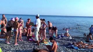 Кормилец охрип, негры предлагают фото. Обычный  пляж 26 июля. SOCHI - RUSSIA - 2014(В Лазаревском, на пляже у ресторана