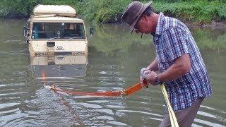 Per Auto durchs Wasser - ein Pinzgauer versinkt im Fluss
