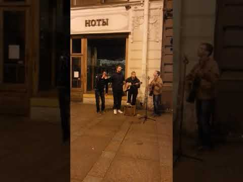 Смотреть клип Уличный музыкант исполняет фанк онлайн бесплатно в качестве