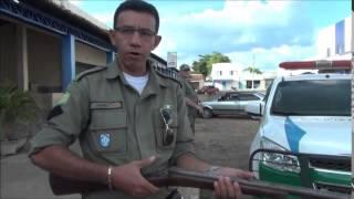 Policial militar faz demonstração de como uma espingarda carregada pode disparar
