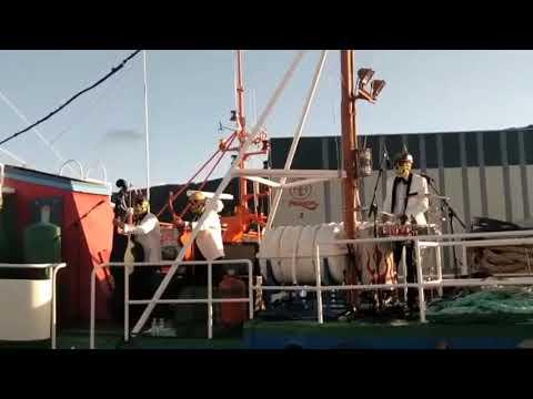 Los Pontiaks poñen a Burela a bailar desde o Barco Museo Reina del Carmen