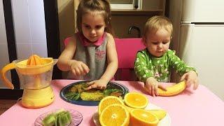 Алина с сестренкой готовят  Смузи