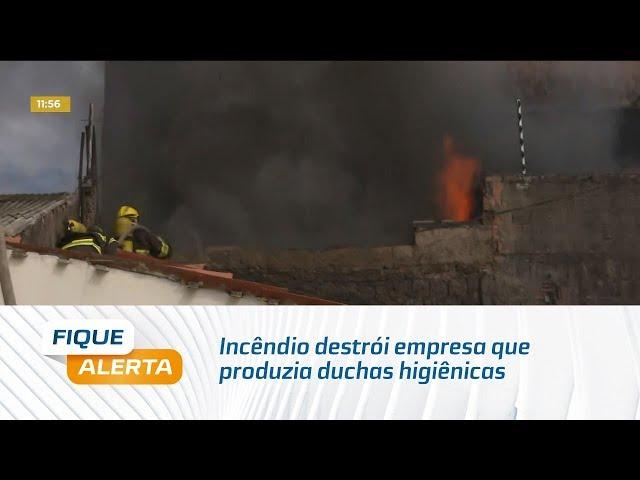 Incêndio destrói empresa que produzia duchas higiênicas no bairro Cidade Universitária