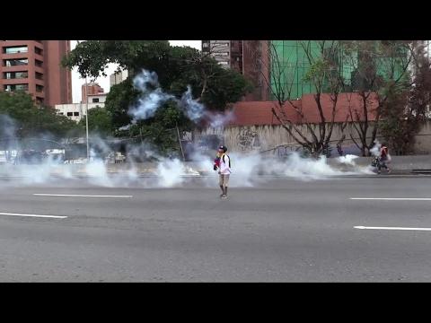تجدد الاشتباكات بين الشرطة والمتظاهرين في فنزويلا وارتفاع حصيلة القتلى  - 17:22-2017 / 4 / 14